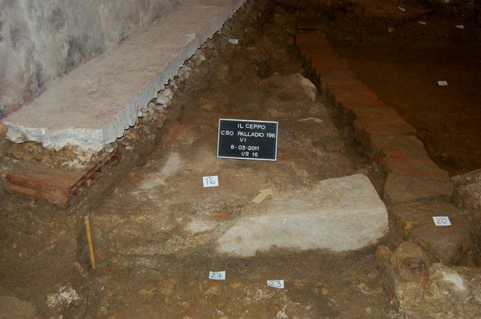 Lastra di trachite del marciapiede della strada romana, riutilizzata (Archivio Soprintendenza per i Beni Archeologici del Veneto)