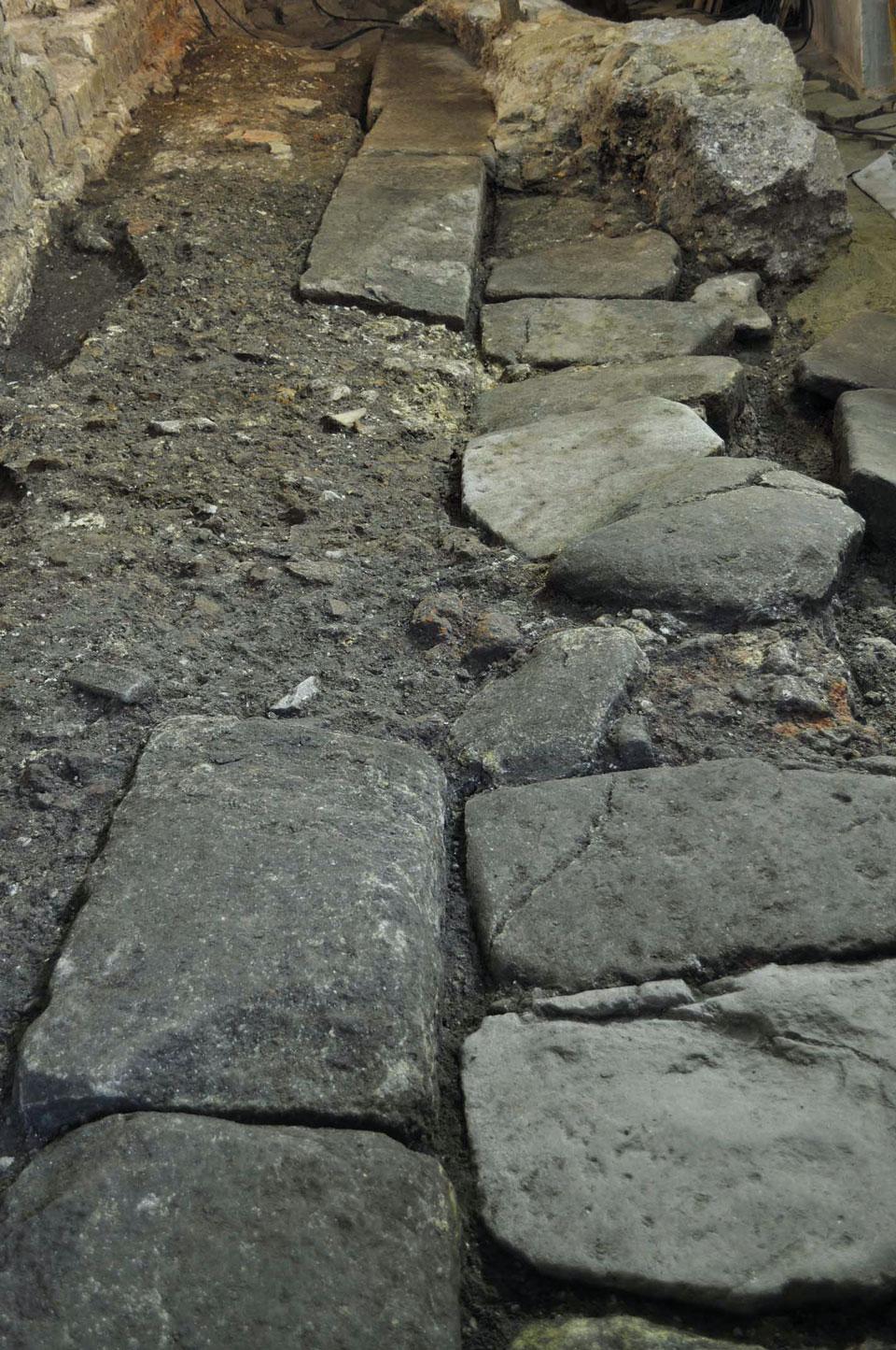 Tratto della strada romana con marciapiede (Archivio Soprintendenza per i Beni Archeologici del Veneto)