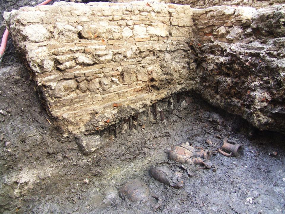 Bonifica con anfore di età romana e fondazioni delle mura medievali (Archivio Soprintendenza per i Beni Archeologici del Veneto)