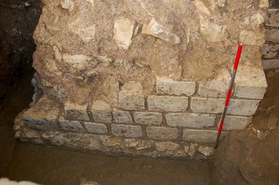Dettaglio della risega di fondazione e del paramento in blocchetti calcarei (Archivio Soprintendenza per i Beni Archeologici del Veneto)