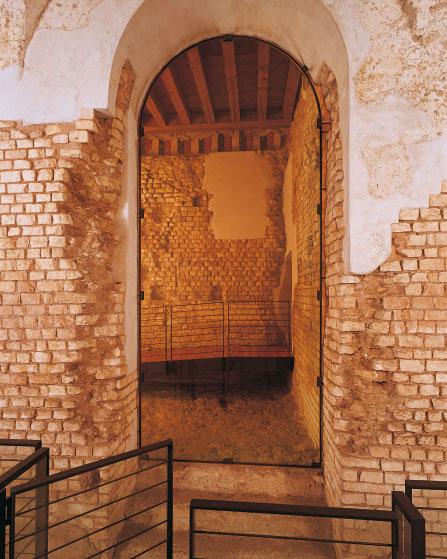 Ingresso del vano delle scale che portavano ai piani superiori dell'edificio scenico (Archivio Soprintendenza per i Beni Archeologici del Veneto)