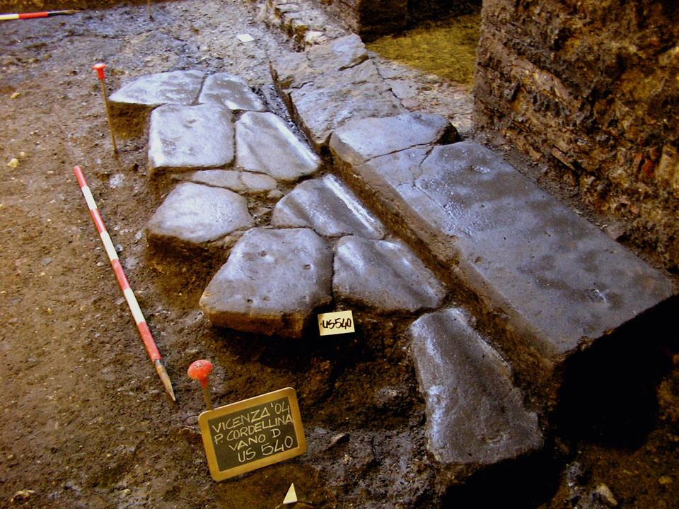 La strada romana con solchi carrai e marciapiede (Archivio Soprintendenza per i Beni Archeologici del Veneto)